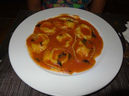 La Tavola: Ravioli de mussarela de búfala ao molho de tomate.