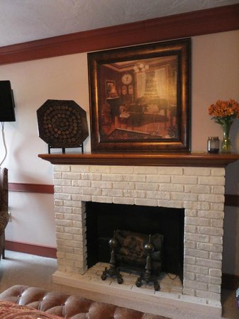 Canna Country Inn: Fireplace in our room