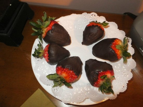Canna Country Inn: Choc covered strawberries waiting in our room