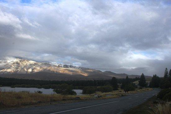 Lake Tekapo: Breathtaking snowcap mountain backdrop