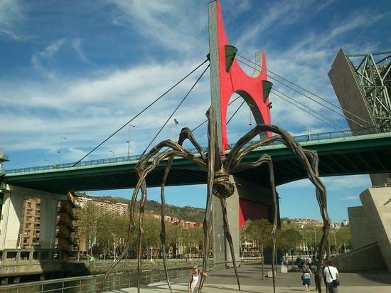 Museo Guggenheim de Bilbao: araña frente al museo