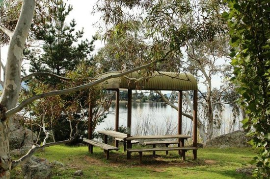 Jindabyne Holiday Park: Picnic area along walking path from park.