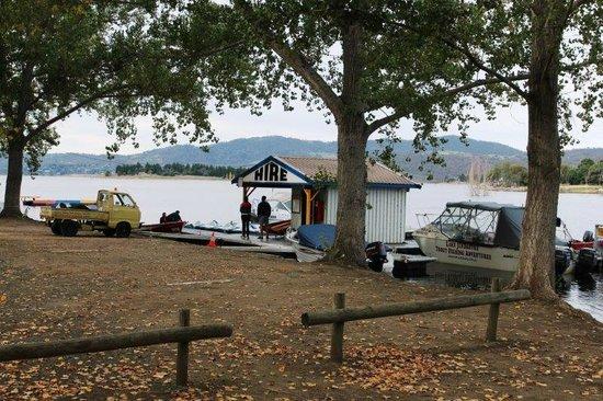 Jindabyne Holiday Park: Overlooking Lake Jindabyne from Park.