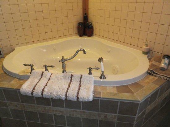 Canna Country Inn: jacuzzi tub