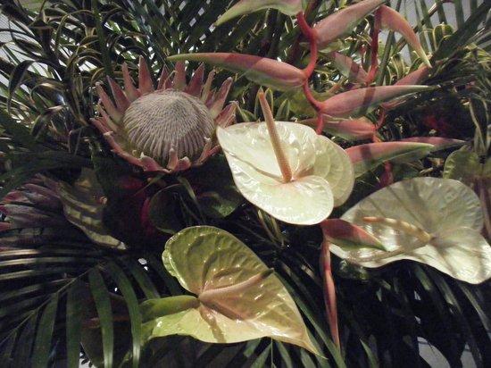 Halekulani Hotel: フロントのお花