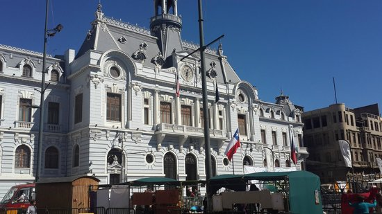 Valparaiso Walks: Edificio de la armada frente al puerto