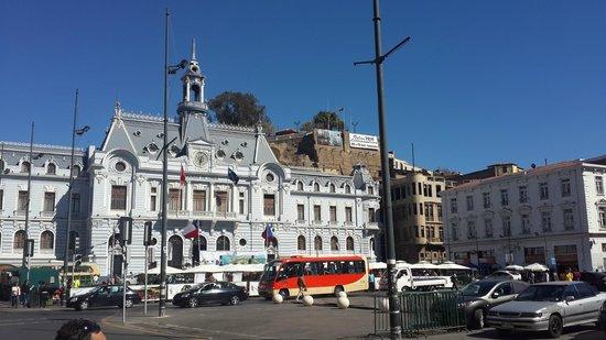 Valparaiso Walks: Frente al edificio de la armada