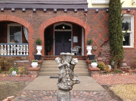 Lockheart Gables Romantic Bed & Breakfast: Main building front entrance