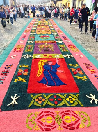 La Plaza (Parque Central): Carpets around the streets of the park (Semana Santa)