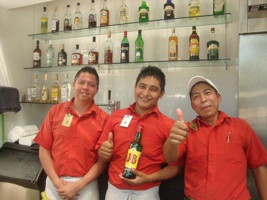 Ocean Breeze Riviera Maya Hotel: garçons do bar à beira da piscina (ótimos)