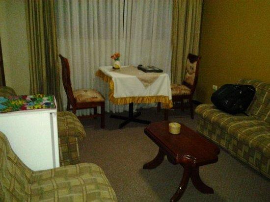 Hotel Mabey Cusco: sala de estar en la habitacion