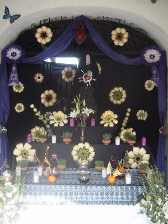 Hotel Las Mariposas: Palm Sunday altar by entrance