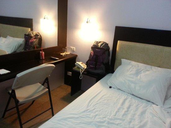 Aicila Suites: Room just big enough