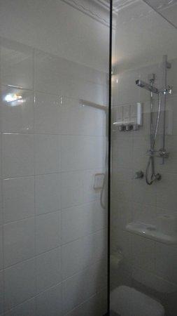 Lido Suites: Shower (look!dispensers!)