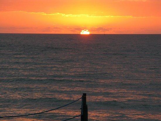 Beachfront Inn : Sunrise from our balcony