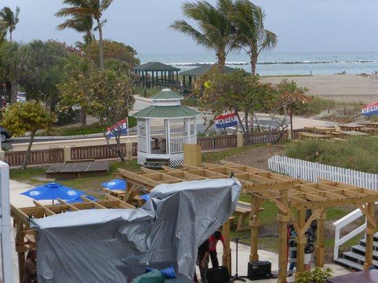Beachfront Inn : Bar area from our balcony