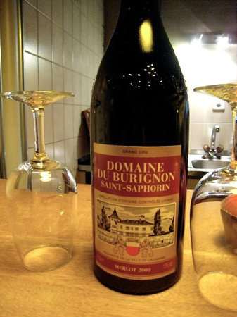 Domaine du Burignon : Welcome bottle of wine...a welcome sight
