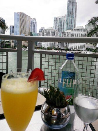 Azul at Mandarin Oriental : Mimosas, Wine and appetizers