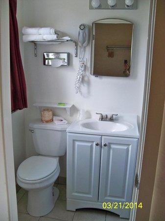 The Monticello Inn: Bathroom