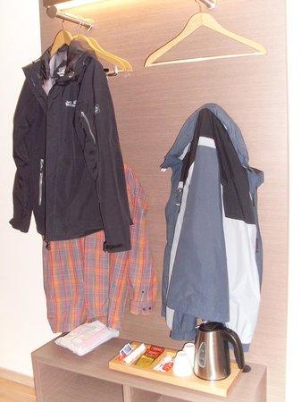 """FourSide Hotel City Center Vienna: """"offener"""" Kleiderschrank - unter der Garderobe der Wasserkocher (fest an Stromnetz verbunden)"""
