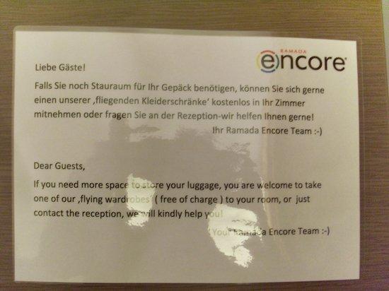 """FourSide Hotel City Center Vienna: Selbstbedienung im 4-Sterne Hotel. """"fliegende Kleiderschränke"""""""