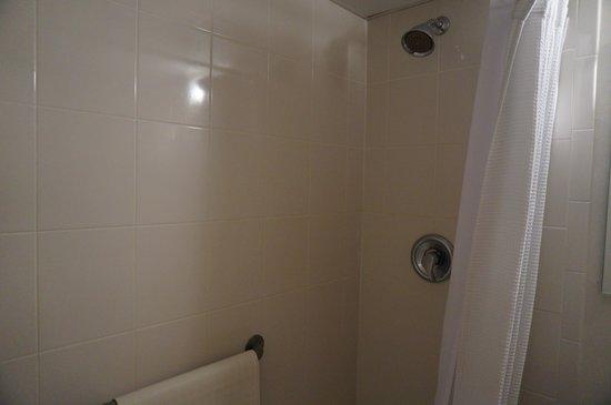 Port Royal Hotel: average tiled bath eff suite