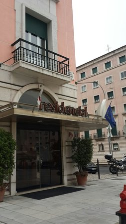 Residencial Lar do Areeiro: Entrada del hotel!!!
