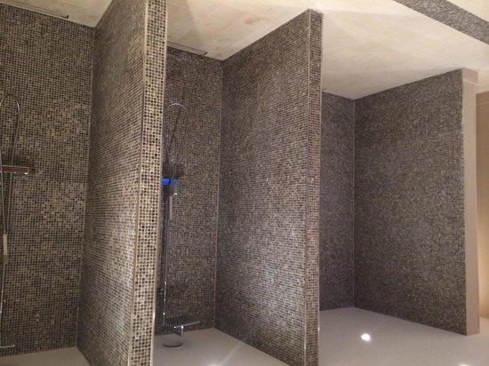 Auberge du Jeu de Paume : Open showers in ladies changing room.
