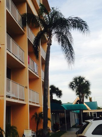 Howard Johnson Resort Hotel - ST. Pete Beach FL: Walk right down to the Beach!