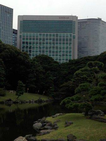 Conrad Tokyo: Second view from Hama Rikyu Garden