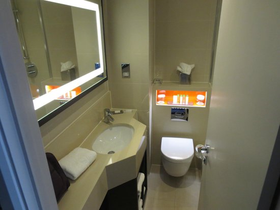 DoubleTree by Hilton London Ealing: Very clean and bright bathroom