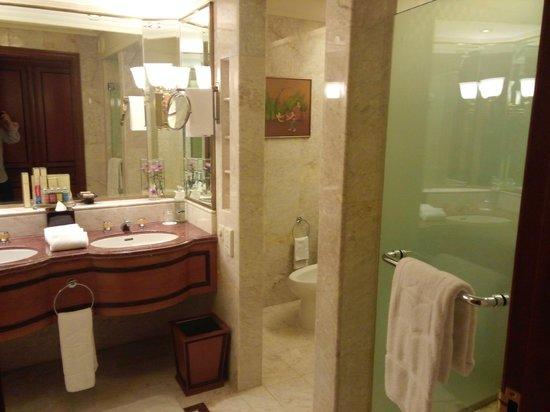 Shangri-La Hotel,Bangkok : separated for toilet and shower