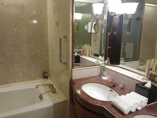 Shangri-La Hotel,Bangkok : enough sized bath