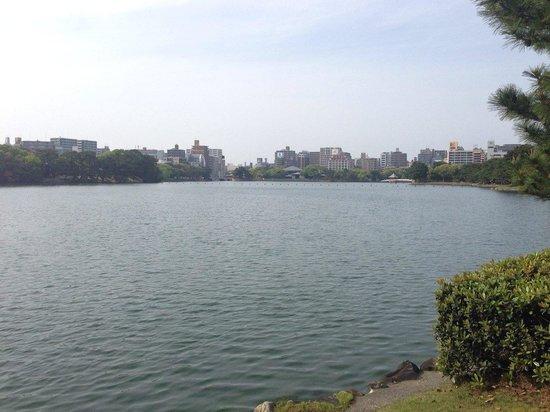 Ohori Park: とても大きな池で癒されます。池のほとりにスタバのコンセプトショップがあります