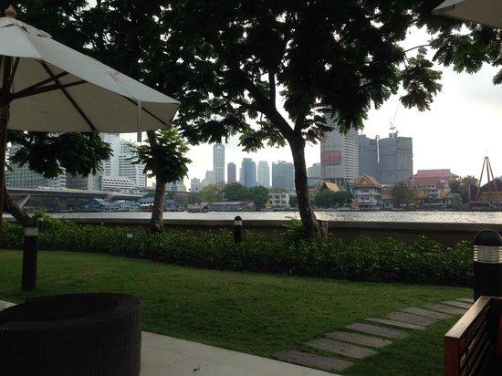 ibis Bangkok Riverside : Bersantai, duduk-duduk sambil memandangi sungai ....