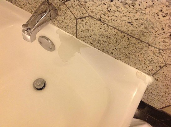 DoubleTree by Hilton Hotel Raleigh - Brownstone - University: Tub with Paint coming off