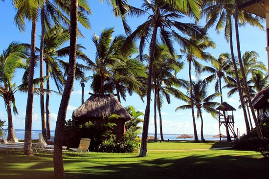 Outrigger Fiji Beach Resort: In front of the beach