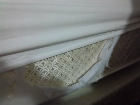 Stratford Inn: SHEET BARELY COVERS MATTRESS