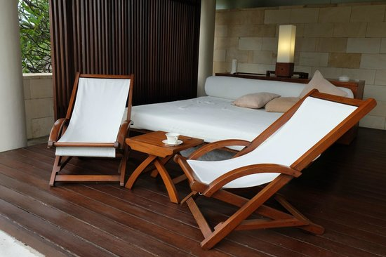 The Bale : Outdoor pool and recliners