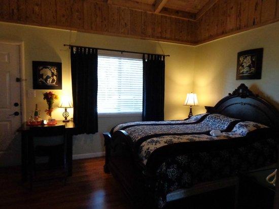 Rock Creek Inn: hubby's bed