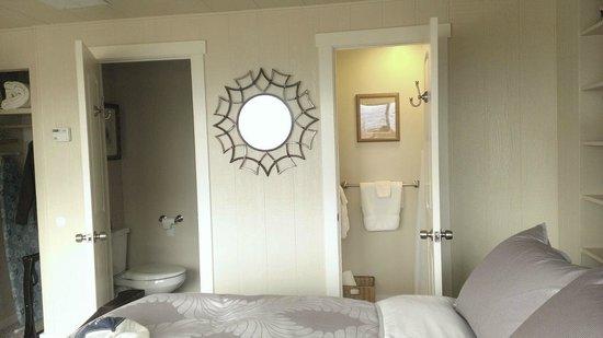 Boise Hillside Suites: Toilet/sink next door to the shower.