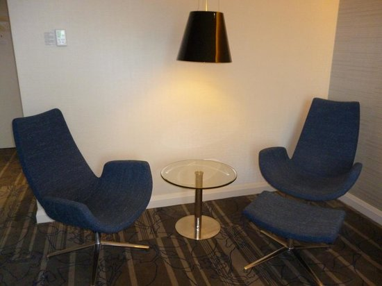 Sydney Harbour Marriott Hotel at Circular Quay: Sitting area in suite