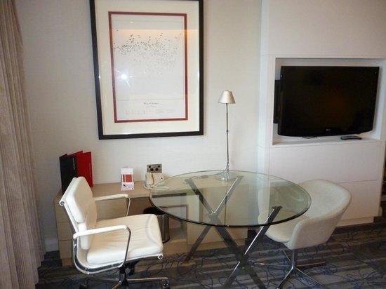 Sydney Harbour Marriott Hotel at Circular Quay: Desk area in suite