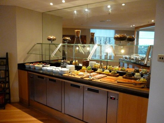 Sydney Harbour Marriott Hotel at Circular Quay: Buffet area of Executive Lounge