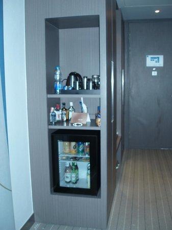 Novotel Bangkok Ploenchit Sukhumvit: Display chiller nya menarik dan mudah melihat isinya.
