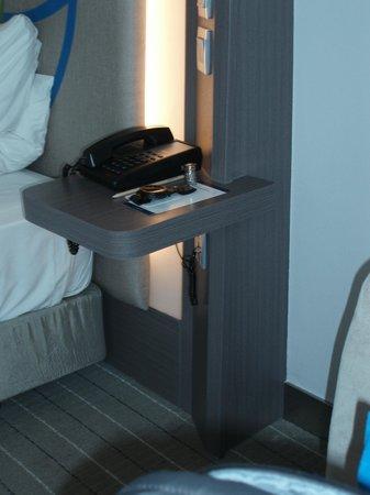 Novotel Bangkok Ploenchit Sukhumvit: Bedside table nya kecil, buat taruh telpon nya saja udah penuh