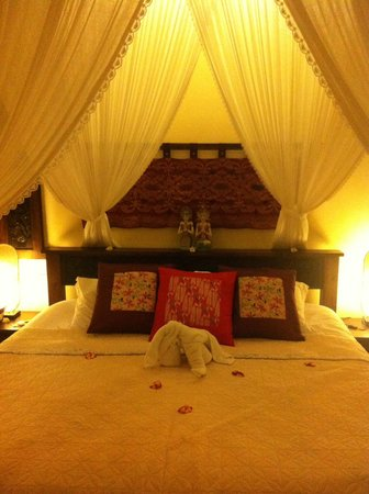 Blue Moon Villas: King size bed