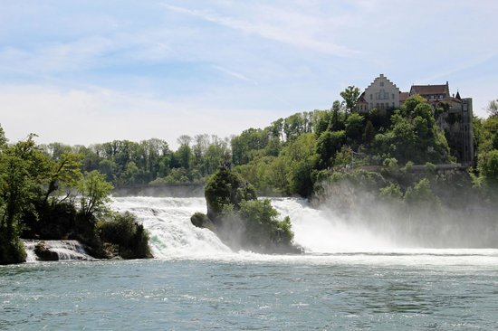 Neuhausen, Switzerland: Rheinfall mit Schloss Laufen