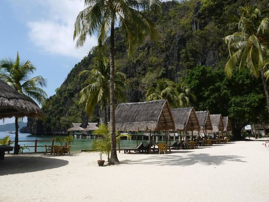 El Nido Resorts Miniloc Island: Beach chairs by the beach