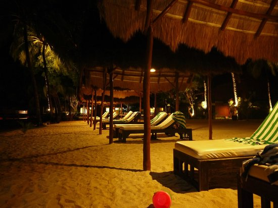 El Nido Resorts Miniloc Island: Beach hut during night